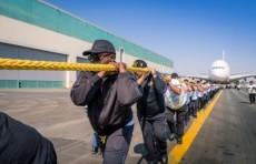 Полицейские из Дубая сдвинули на 100 метров 300-тонный авиалайнер