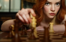 «Сейчас шахматы — это жесткий мир спортивной борьбы»: Шахматист Ян Непомнящий смотрит «Ход королевы»