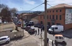 Вооруженный мужчина захватил заложников в супермаркете во Франции