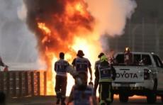 Вышел из пламени. Пилот Формулы-1 попал в ужасную аварию на Гран-при Бахрейна (Видео)