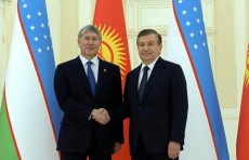 Алмазбек Атамбаев наградил Шавката Мирзиёева орденом «Данакер»