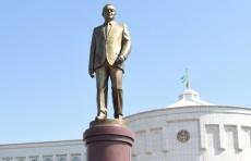 Нурсултан Назарбаев возложил цветы к памятнику Исламу Каримову