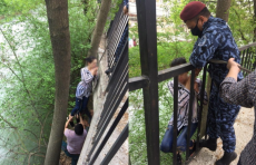 В Ташкенте женщина тонула в канале. Ее спасли