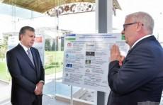 Шавкат Мирзиёев ознакомился с деятельностью нескольких предприятий в Сырдарьинском районе