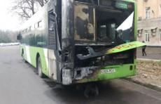 В Юнусабадском районе столицы загорелся пассажирский автобус