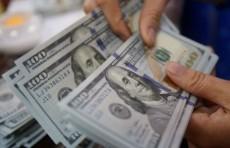 Сотрудник столичного банка задержан при незаконной продаже $12 тыс.