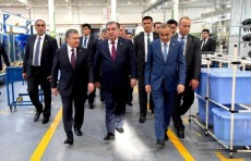 """Президент Эмомали Рахмон посетил завод """"Artel"""" в Ташкенте"""