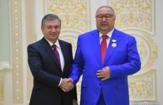 Президент вручил государственные награды Узбекистана