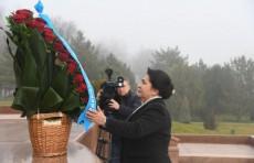 Члены парламента возложили цветы к подножию Монумента независимости и гуманизма