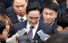 Руководителя Samsung приговорили к 2,5 годам по делу о взятках