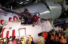 В Стамбуле самолет развалился на части