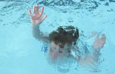 В Америке девятилетняя девочка спасла ребенка, пролежавшего на дне бассейна ребенка